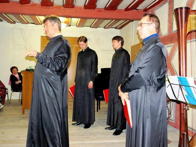 Die vier Sänger des St. Daniel Chors. Dr. Vladislav Belikov gekleidet in das einfache schwarze Gewand orthodoxer Mönche