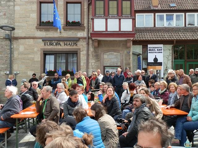Besucher der Feier zum 15 jährigen Bestehen des Europa-Hauses auf dem neu gestalteten Viehmarkt in Hammelburg