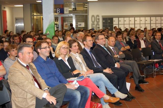 Aula HSG mit 250 Schülerinnen und Schülern sowie Prof. Dr. Winfried Bausback und Prof. Dr. Ulrich Reuter. Foto: Sven Wahl