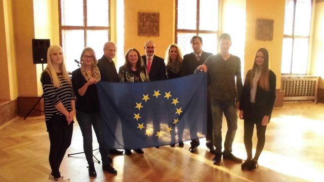 Der Oberbürgermeister Pilsens, Herr Martin Zrzavecky, zusammen mit Prof. Dr. Paul Bisami, Herr Grüner, der Vorsitzenden Frau Christina Eder und Teilnehmern der JEF