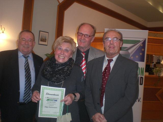 Ehrenurkunde für Olga Oschmann für 40 Jahre Mitgliedschaft. Es gratulierten (von links): Hans-Dieter Scherpf, Dieter Lotze und Rudolf Romancyk, die ebenfalls eine besondere Auszeichnung erhielten.