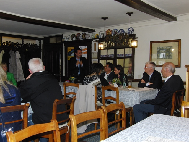 Klaus Holetschek zusammen mit den anderen Teilnehmern der Europawahlnachlese im Gespräch mit den Bürgern