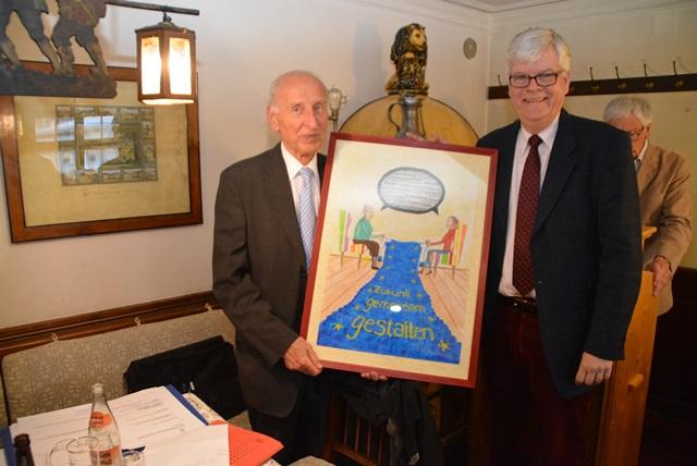 Mit einem Bild dankte Burkhard Arnold (rechts) für die bisher 10-jährige Vorstandsarbeit Lajos Oslári. Foto©: Johannes Wiest
