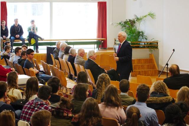 Referent Dr. Ingo Friedrich im Pädagogisches Zentrum des Rainer-Maria-Rilke-Gymnasiums in Icking