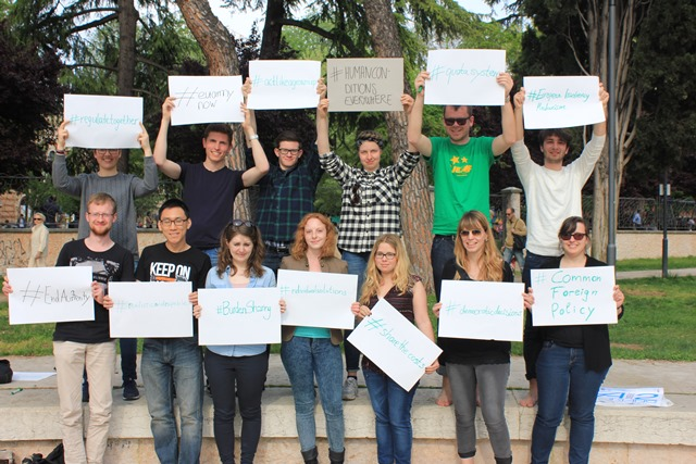 Gruppenfoto zu den in Gruppenarbeit erstellten Themen Plakaten