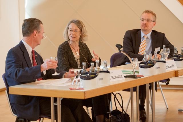 v.l.n.r.: Referent W.E.Schultz, Moderatorin Evelyne Gebhardt, MdEP und Referent Dr. A. W. Schultz