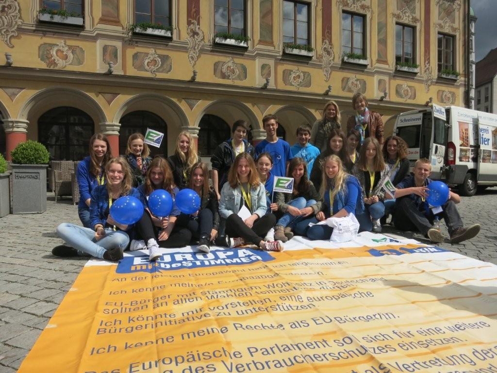 Schülerinnen und Schüler des Vöhlin Gymnasiums Memmingen vor der Bodenzeitung