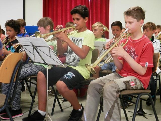 Musikalische Begleitung der Schüler