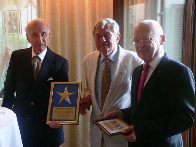 """Ehrung von Adolf Spindler mit dem """"Europa-Stern"""" durch Herrn Oszlári (links) und Oberbürgermeister Dr. Ivo Holzinger (rechts)"""