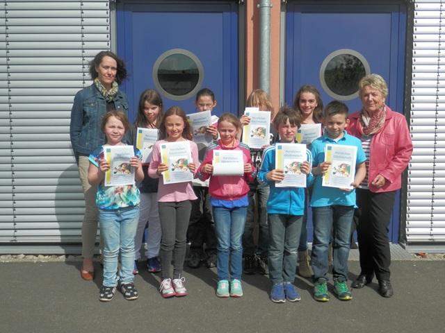Die Sieger der Grundschule Hammelburg am Mönchsturm mit der Schulbeauftragten der Europa-Union Hammelburg Doris Tobisch und Konrektorin Frau Jenke