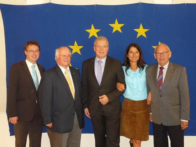 Der wiedergewählte Vorstand mit dem Vorsitzenden Markus Ferber, MdEP, (Mitte) und den stellvertr. Vorsitzenden Matthias Zürl, Freiherr von Cetto, Heike Maas und und Edgar Hirt (v.l.n.r)