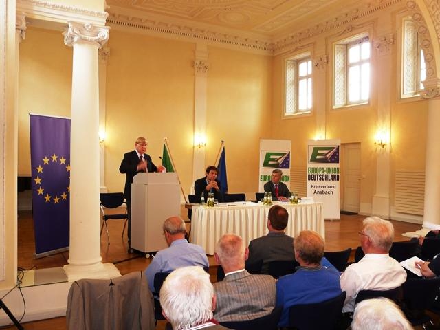 Stellung bezogen zum TTIP Abkommen Martin Stumpfig, MdL Die Grünen, (links) und Herr Josef Göppel, MdB CSU (rechts) unter der Moderation von Walter Brinkmann