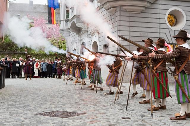 Startschuss des Staatsempfangs durch einen Memminger Traditionsverein